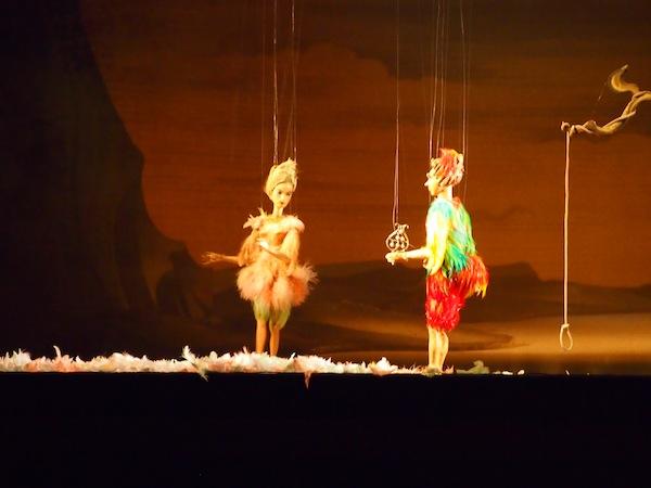 """""""Papageno, Papageno!"""" - Mit unglaublicher Leichtigkeit tanzen die Puppen über das Parkett. Wir staunen ob des Talents der Puppenspieler."""