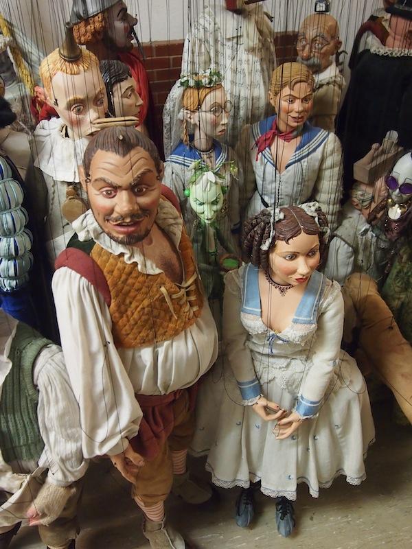 Der Detailaufwand der Salzburger Marionetten sucht seinesgleichen: Nie zuvor war ich derart auf Tuchfühlung mit der faszinierenden Kunst des professionellen Puppentheaters. Beeindruckend!