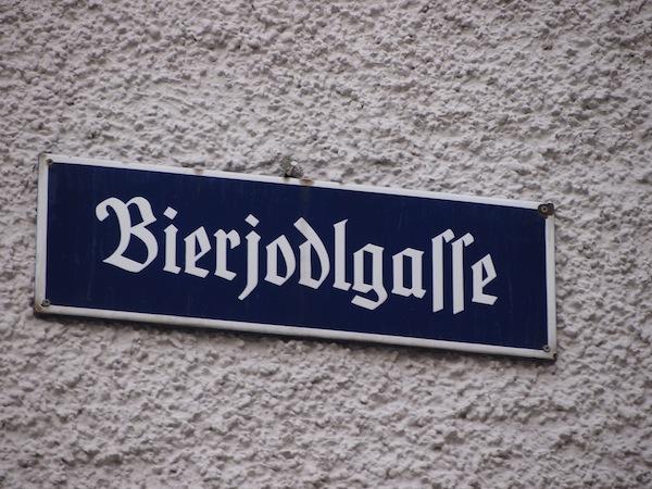 """Viele Anekdoten (und Straßenzeichen) ranken sich um die """"bierige"""" Geschichte der berühmten Mozartstadt."""