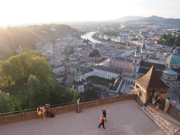 Die Aussicht von der Festung Hohensalzburg, auf die wir im Anschluss steigen, ist nahezu atemberaubend schön ...