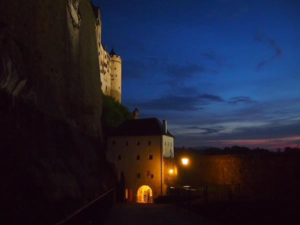 Die Festung Hohensalzburg bei Nacht: Während der Sommermonate starten die Führungen nach 20.00 Uhr und dauern rund eineinhalb Stunden, exklusives Flair sowie besondere Ein- und Ausblicke in die historische Festungsanlage inklusive.