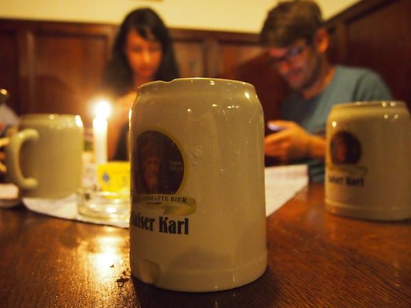 Dank ihr kommen wir zu vielen guten Tipps für gemütliche Bierlokale in der Innenstadt, zum Beispiel den Zwettler Stiftskeller nahe des Salzburger Doms.