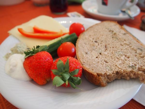 Die Erdbeeren sind frisch aus dem Garten, das Farbspiel auf dem Teller habe ich mir bewusst so zusammengestellt ... ;)