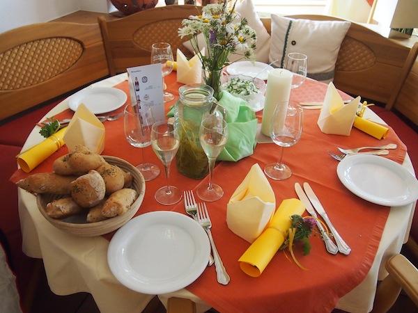 Ist dieser Tisch nicht ein Traum? Farbe, Kreativität & Vielfalt findet man hier an jeder Ecke im Wohlfühlhotel Tannenhof.