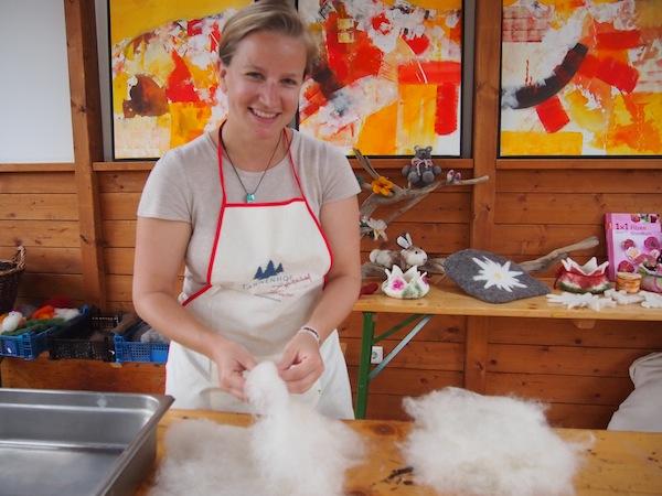 ... während ich gerade mal die Wolle zerteile: Vom Schaf zum persönlichen Deko-Objekt sind es nur wenige Handgriffe, wie wir lernen.