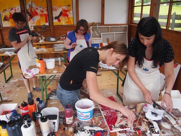 Gerne ist Martina Lochner stets unterstützend in Farbgestaltung & Form der Acrylmalerei tätig und hat auch eine breite Auswahl an Werkzeugen für die kreative Bildgestaltung!