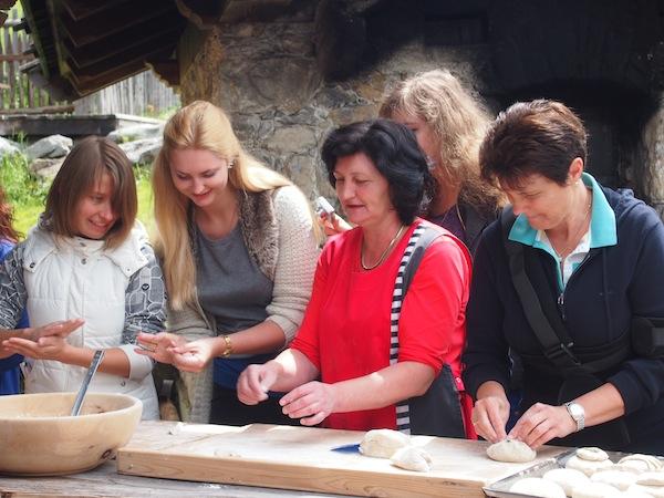 An einer weiteren Erlebnisstation wird gar Brot gebacken: Köstlich duftet es da!