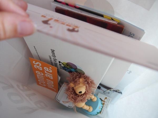 """Meine ganz persönliche """"Empfangstüte"""" mit weiteren kleinen Überraschungen: Zirkustieren, Postkarten, Leckerbissen. I like ;-)"""