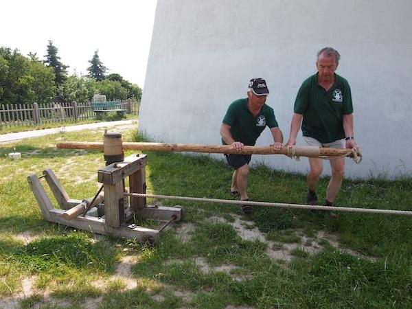 """Los geht's: Die """"jungen Burschen""""  vom Dienst nehmen die Windmühle in Betrieb!"""