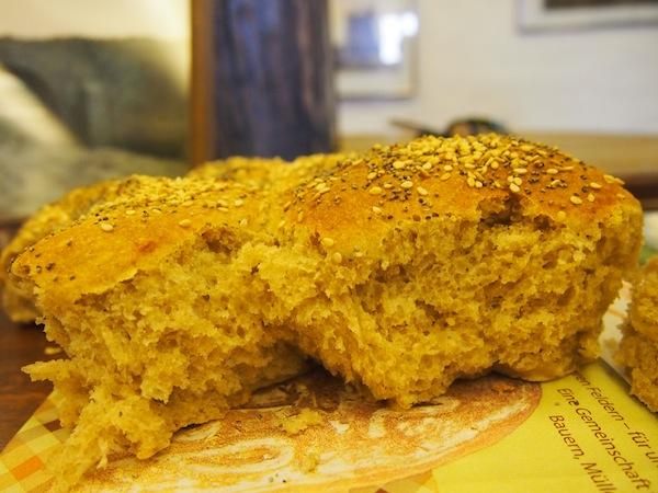 So ein Stück selbstgebackenes Brot mit gemahlenem Korn direkt von der Windmühle ist halt schon etwas Besonderes: Herzhaft zubeißen gilt hier!