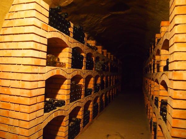 """Frisch gestärkt begeben wir uns in die dunklen & tiefen Geheimnisse des größten österreichischen (Wein)Keller-Netzwerkes, den """"Retzer Erlebniskellern"""" direkt unterhalb der Stadt die wie ein Schweizer Käse durchlöchert ist."""