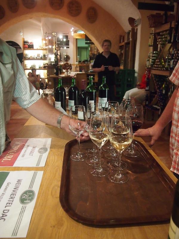Im Anschluss an jede Führung erwartet Besucher dort ein ausgezeichnetes Verkostungsachterl vom typischen Grünen Veltliner Weinviertel DAC, der regionalen Qualitätsmarke.