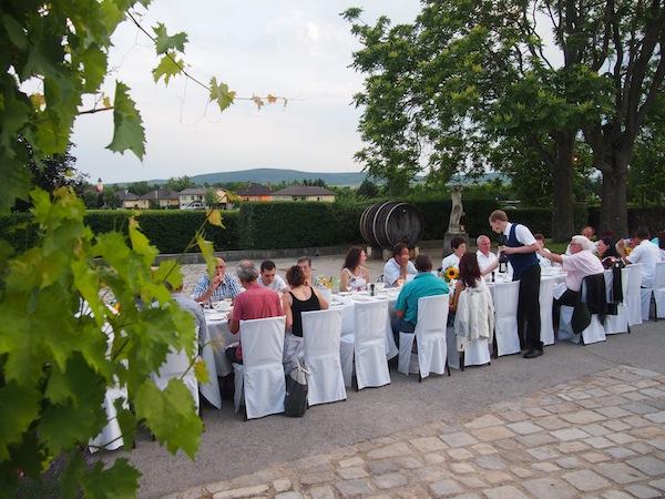 """Die mittlerweile fast schon berühmten """"Tafeln"""" bestechen durch ein wahrlich einzigartiges Ambiente und sind am besten in Kombination mit einer Nächtigung & Ausflügen innerhalb der Region Weinviertel zu genießen."""