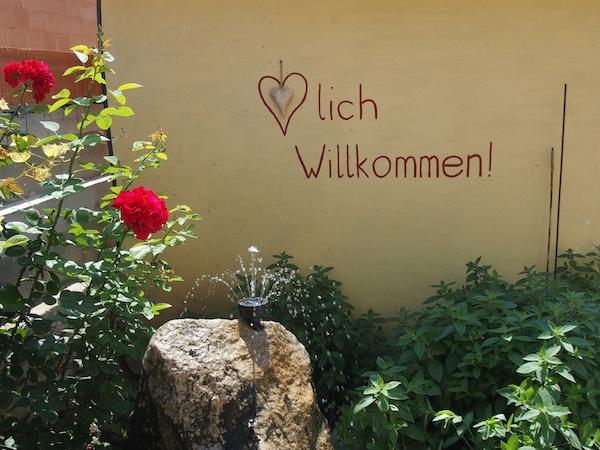 """Auch im Weingut Zur Schlafmütze empfängt man uns """"herzlich willkommen""""!"""