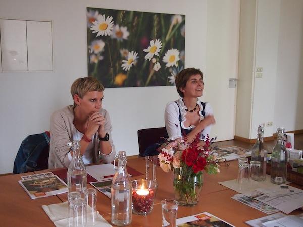 """Frau Stocker (ganz rechts) erzählt im Rahmen des """"Storytelling""""-Workshops bereitwillig aus dem Nähkästchen."""