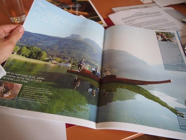 """Geschichten erzählen in Wort & Bild: Eine atemberaubende Aufnahme des """"Plättendinners"""" am typischen Ausseer Holzboot am Toplitzsee."""