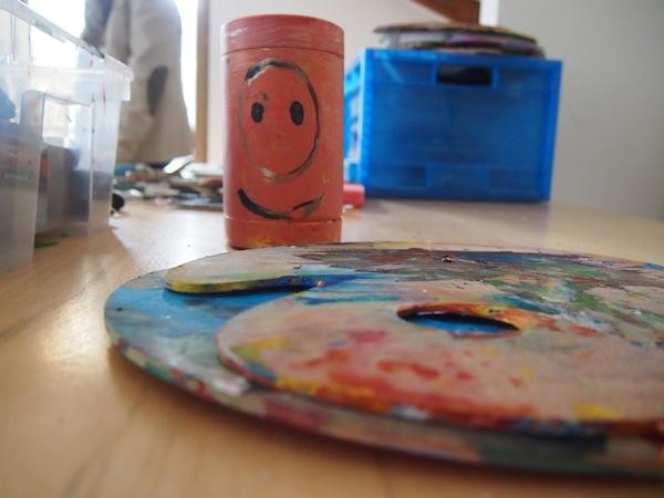 """Im Kreativ-Atelier des Hauses drückt sich jeder Gast auf seine Art & Weise aus: """"Die Gäste kommen oft nachts und malen, experimentieren. In einer wöchentlichen Vernissage werden die Werke präsentiert. Ein unglaublicher starker Rücklauf sind die Geschichten der Teilnehmer!"""""""