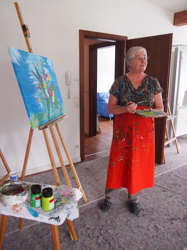 Im Atelier treffen wir auch tatsächlich auf diese charmante, malende Teilnehmerin welche stets gerne kreativ reist.