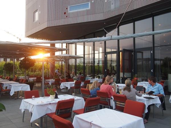 Romantische Stimmung von Anfang an: Abendessen auf der sonnenverwöhnten Terrasse des Vineyard Restaurant im Wine & Spa Resort LOISIUM Hotel Langenlois.