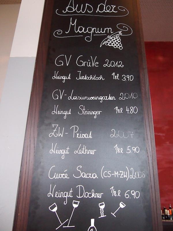 """Als Drink zwischendurch oder abends empfehlen sich die zahlreichen regionalen Weinspezialitäten und Erfrischungsgetränke, zu denen auch der """"Loisl"""", eine regionale Variante des Hugos zählt – unbedingt ausprobieren & bestellen!"""
