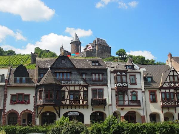 Entlang des Rhein entdecken wir alle paar Kilometer (Zoll)Burgen und wunderschöne Stadtfassaden wie diese hier in Bacharach.