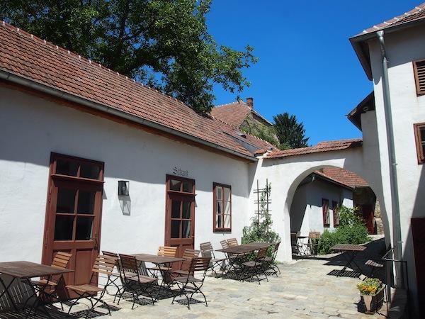 Zum Besucherrundgang zählt auch der Blick in das historische Weingut der Familie Haimerl aus Langenlois.