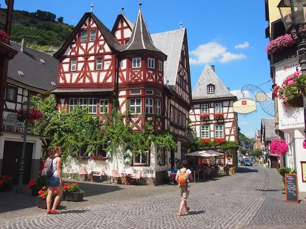Auch der Stadtspaziergang durch die süße Kleinstadt von Bacharach inmitten des Welterbes am Rhein genieße ich in vollen Zügen. Hier gibt es übrigens auch weltbestes Riesling-Eis zu kaufen ! Nice ☺