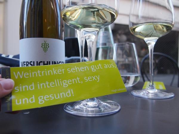 """""""Sexy, intelligent, gesund"""" ... das heftet man sich als Weintrinker/in gerne auf die Fahnen. Hehe."""