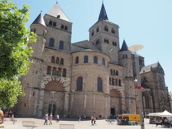 Trier ist auch heute noch eine mächtige, imposante Stadt, die bei genauem Hinsehen viel Eigentümliches bietet wie beispielsweise diese Doppelkirche in romanischem (links) und gotischem Stil (rechts).