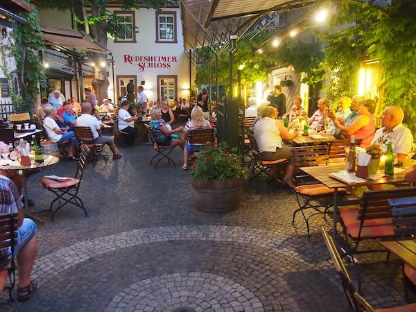 Abends muss man in Rüdesheim in die laute & berühmte Drosselgasse, in der sich eine Bar an die andere reiht und ältere Menschen schunkeln ... naja. ;) Ich nehme dann lieber mit dem netten Herrn Brueller des Weinhotel ... vorlieb, der mir ...