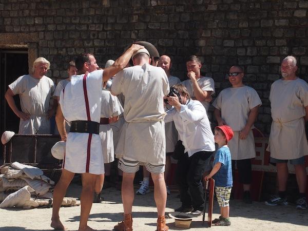 """Hier offeriert der """"g'standene Stadtführer & Gladiator"""" Jan einen Einblick in den Alltag römischer Gladiatoren und fasziniert Zuhörer und Gladiatoren-Anwärter."""