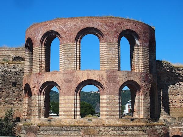 Im Anschluss marschieren wir gemütlich zu den ca. 500 Meter entfernten Überresten der römischen Thermalbäder, welche jedoch aufgrund der Verschiebung der Machtverhältnisse nie in Betrieb genommen wurden.