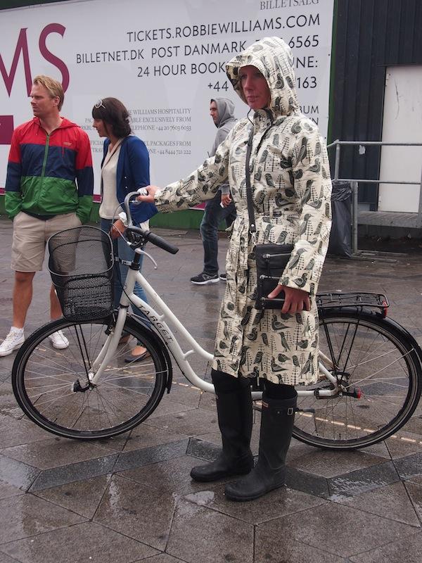 """... und gegen das """"Nordwetter"""" stets gerüstet, hier beispielsweise mit stylischem Regenmantel."""