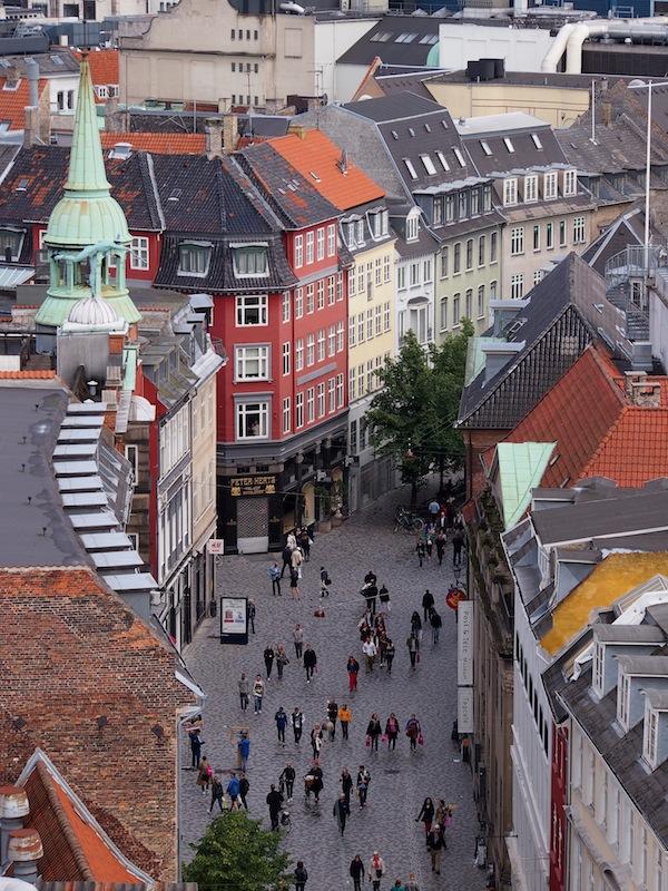 Wir genießen den Blick vom historischen Turm im Zentrum der Altstadt Kopenhagens.