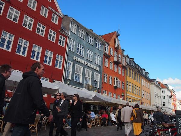 Kopenhagen, die Hauptstadt Dänemarks, lockt mit zahlreichen Spaziergängen & Besonderheiten wie dem Hafenviertel Nyhavn hier.