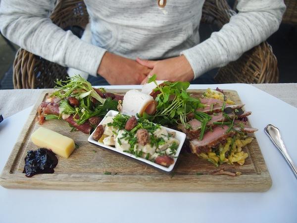 """Weiter geht's mit unserer Schlemmerreise: Mein Bruder gönnt sich eine klassische """"Wikingerjause"""" im Gourmetrestaurant Snekken am Hafen von Roskilde."""