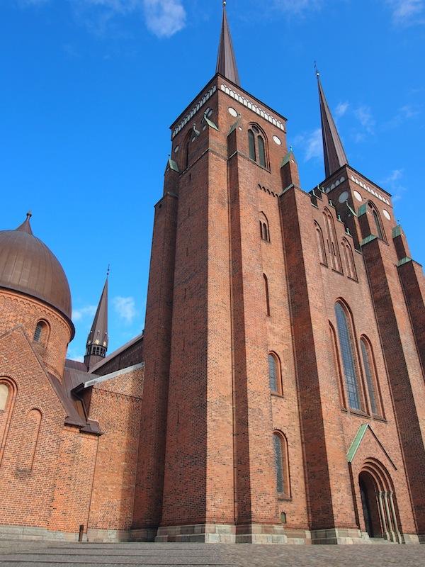 """Roskilde, die """"Königsstadt"""" Dänemarks, besticht durch einen zauberhaften Altstadtkern sowie die großartige Domkirche hier."""