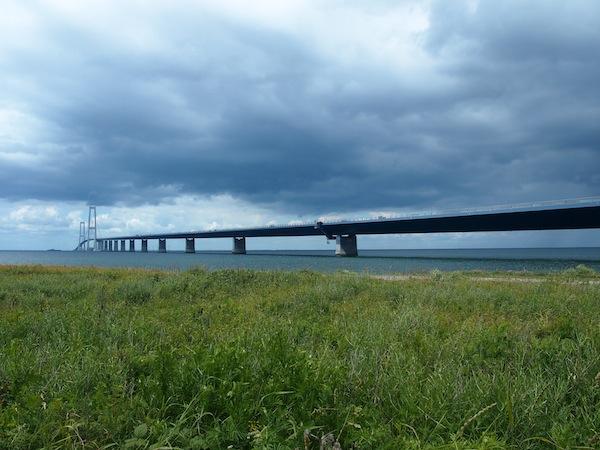 Diesen erreicht man von Kopenhagen aus nach einer majestätischen Fahrt über die 20 Kilometer lange Schwingbrücke, welche seit wenigen Jahren die Inseln Fünen & Seeland in Dänemark miteinander verbindet.