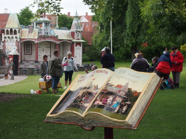 Weiter geht es mit einem Besuch des Hans-Christian-Andersen-Hauses im Zentrum der Insel Fünen, in der Geburtsstadt des großen dänischen Schriftstellers & Märchenschreibers Odense.