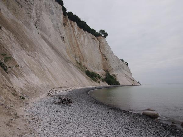 Mon Klint gefällt uns wahnsinnig gut, jede Dänemark-Reise sollte zumindest einmal hierher führen. Bis zu 128 Meter ragen die weißen Kreidefelsen direkt aus dem Meer hier auf, eine landschaftliche spektakuläre Formation für ein flaches Land wie Dänemark.