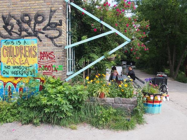 """Diese Massen der ersten Tage umgehen wir erst mal und """"begnügen uns"""" mit der """"Kultur des Umlandes"""": Passend zum Festivalbesuch sind wir im Vorfeld zu Roskilde in Kopenhagens Hippie-Kommune Christiania unterwegs."""