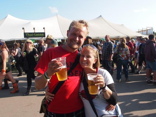 """Zurück am Roskilde Musikfestival, werden wir von unserem lieben Freund Niels empfangen, der als Freiwilliger auf dem Festival arbeitet und sich perfekt als unser Festivalguide """"eignet"""". DANKE, Niels!"""