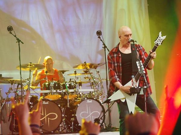 """Die """"bösen Buben"""" aus Kanada bringen eine ganze Menge meist männlicher junger Headbanger zum Ausflippen: Die Metal-Band Devil Townsend, derer ich ca. drei Songs aushalte. Dann muss ich die Bühne wechseln. Zu viel Headbangen für mich !!"""