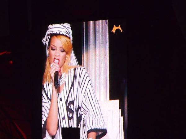 Krasses Alternativprogramm: Über eine Stunde rockt US-Ikone Rihanna die Main Orange Stage und bringt die Crowd zum Höhepunkt des Abends.