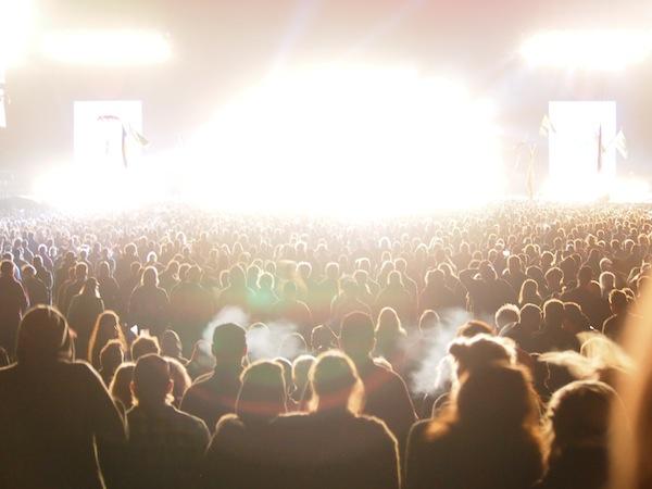 Immer wieder brechen Lichtwellen von der Bühne und erfassen mitsamt der Musik das gesamte Kollektiv musikbegeisterter Fans ...