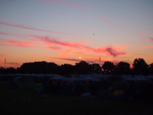 Im hohen Norden Europas wird es kurz nach der Sommersonnenwende die ganze Nacht lang nicht wirklich dunkel: Ein faszinierendes Naturschauspiel, was sich zu meinem größten Festivalerlebnis aller Zeiten mischt!!