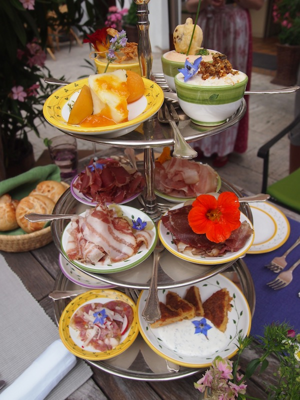 Mittagessen im Holzapfel Prandtauerhof in Joching: Der Vorspeisenteller alleine mutet dank Farbspiel & Geschmackskreationen einfach nur köstlich an.