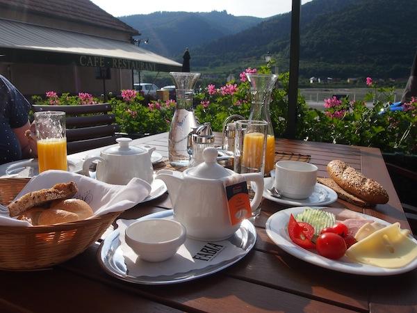 Das Frühstück wird im Genießerzimmer Gasthaus Prankl direkt auf der Sonnenterrasse mit Blick auf die Donau serviert. Ein zauberhafter Start in den Tag!