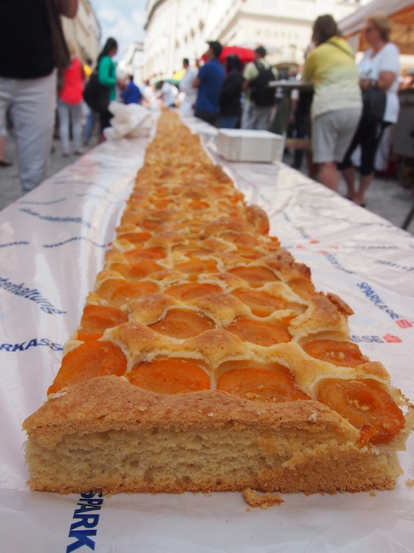 Der längste Marillenkuchen der Welt: 30 Meter lang, erstreckt er sich durch einen guten Teil der Altstadt von Krems.