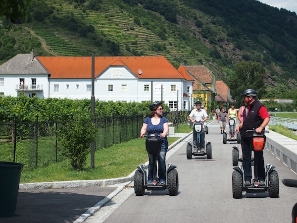 Nach einer kurzen Einschulung aller Teilnehmer direkt an der schönen, flachen Donaulände ...